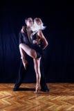 Bailarines en salón de baile Foto de archivo libre de regalías