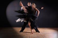 Bailarines en salón de baile en fondo negro Fotos de archivo libres de regalías