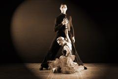 Bailarines en salón de baile en fondo negro Imagen de archivo libre de regalías