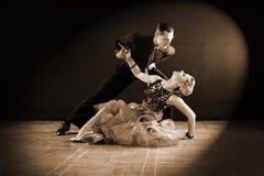 Bailarines en salón de baile en fondo negro Imagen de archivo