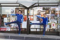 Bailarines en un cobertizo Imagen de archivo