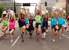 Bailarines en un desfile Fotos de archivo libres de regalías