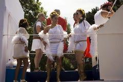 Bailarines en un flotador en el desfile 2011 del lago geneva Foto de archivo