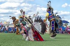 Bailarines en un powwow del nativo americano Imágenes de archivo libres de regalías