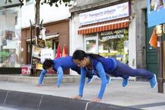Bailarines en una calle. Imagen de archivo libre de regalías