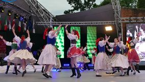 Bailarines eslovacos en traje tradicional almacen de metraje de vídeo