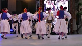 Bailarines eslovacos en traje tradicional almacen de video