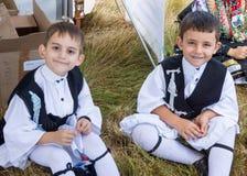 Bailarines griegos jovenes en el festival del folclore Imagen de archivo libre de regalías
