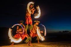 Bailarines hawaianos del fuego en el océano Fotos de archivo