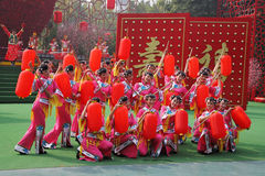 Bailarines hermosos en trajes tradicionales Fotos de archivo