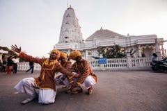 Bailarines indios en ropa nacional en Jaipur foto de archivo
