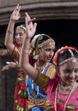 Bailarines indios que disfrutan de la procesión Imagen de archivo libre de regalías