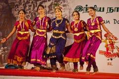 Bailarines indios que realizan danza india meridional tradicional Imagen de archivo