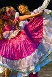 Bailarines jovenes de Colombia en traje tradicional Fotos de archivo