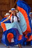 Bailarines jovenes de Costa Rica en traje tradicional Imagenes de archivo