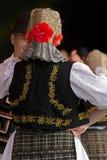Bailarines jovenes de Rumania en el traje tradicional 10 Foto de archivo
