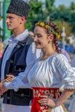 Bailarines jovenes de Rumania en traje tradicional Fotos de archivo