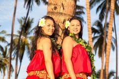 Bailarines jovenes del hula fotos de archivo