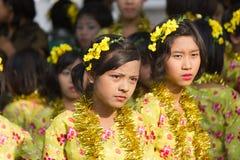 Bailarines jovenes en el festival 2012 del agua en Myanmar Fotos de archivo libres de regalías
