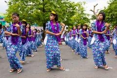 Bailarines jovenes en el festival 2012 del agua en Myanmar Fotos de archivo