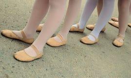Bailarines jovenes que esperan. Foto de archivo