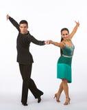 Bailarines latinos con el vestido verde - brazos del salón de baile para arriba Imagen de archivo