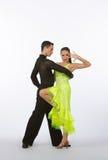 Bailarines latinos del salón de baile con el vestido amarillo de neón Fotografía de archivo libre de regalías