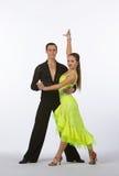 Bailarines latinos del salón de baile con el vestido amarillo de neón Foto de archivo libre de regalías