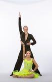 Bailarines latinos del salón de baile con el vestido amarillo de neón - presentando Imagen de archivo libre de regalías