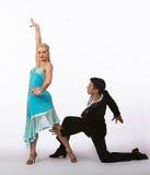 Bailarines latinos del salón de baile con el vestido azul - brazo levantado Foto de archivo libre de regalías