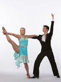 Bailarines latinos del salón de baile con el vestido azul - pierna levantada Imágenes de archivo libres de regalías