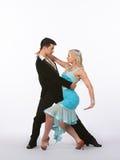 Bailarines latinos del salón de baile con el vestido azul - romance Fotografía de archivo libre de regalías