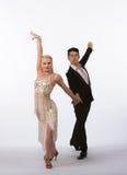 Bailarines latinos del salón de baile con el vestido grisáceo Foto de archivo libre de regalías