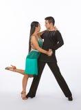 Bailarines latinos del salón de baile con el vestido = la pierna verdes para arriba Foto de archivo libre de regalías
