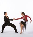 Bailarines latinos del salón de baile con el vestido negro y rojo Imagenes de archivo