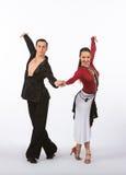 Bailarines latinos del salón de baile con el vestido negro y rojo - brazos para arriba Fotos de archivo