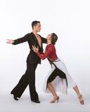 Bailarines latinos del salón de baile con el vestido negro y rojo - intenso Fotos de archivo libres de regalías