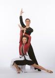 Bailarines latinos del salón de baile con el vestido negro y rojo - presentando Foto de archivo
