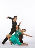 Bailarines latinos del salón de baile con el vestido verde - actitud dramática Foto de archivo libre de regalías