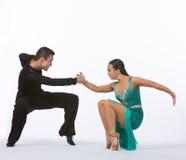 Bailarines latinos del salón de baile con el vestido verde - bajo Foto de archivo libre de regalías