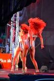 Bailarines modernos de sexo femenino apasionados en etapa Fotografía de archivo