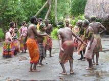Bailarines nativos en Vanuatu fotos de archivo