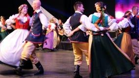 Bailarines polacos de los jóvenes en traje tradicional almacen de metraje de vídeo