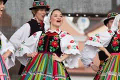 Bailarines populares de la ciudad de Lowicz y de los trajes tradicionales, Polan Foto de archivo