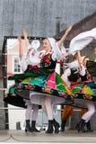 Bailarines populares de la ciudad de Lowicz y de los trajes tradicionales, Polan Imagen de archivo libre de regalías