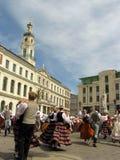 Bailarines populares en la Riga Foto de archivo