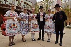 Bailarines populares húngaros imagenes de archivo