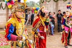 Bailarines populares tradicionales en máscaras y traje españoles del conquistador Imágenes de archivo libres de regalías