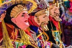 Bailarines populares tradicionales en máscaras y traje españoles del conquistador Foto de archivo