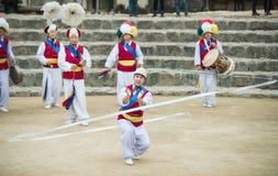 Bailarines populares y músicos coreanos Imagenes de archivo